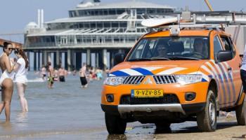 2016-07-19 15:11:24 SCHEVENINGEN - Medewerkers van de Reddingsbrigade tijdens een patrouille het Scheveningse strand. De Reddingsbrigade heeft het druk tijdens mooi zomerweer. ANP BART MAAT