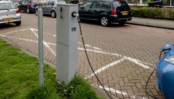 2014-04-06 15:15:29 UTRECHT - Een oplaadpunt voor elektrische auto's. Vooral in het centrum van de grote steden is steeds minder parkeerkeus voor bestuurders met een auto die op brandstof rijdt. Door de sterke groei van elektrische en hybride auto's komen er meer parkeerplaatsen die zijn gekoppeld aan oplaadpalen. ANP ROBIN VAN LONKHUIJSEN