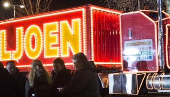 2015-01-01 20:24:12 AMSTERDAM - De truck van de Postcode Loterij tijdens het uitreiken PostcodeKanjer in de Steenderenstraat in Amsterdam Zuidoost. ANP PIROSCHKA VAN DE WOUW