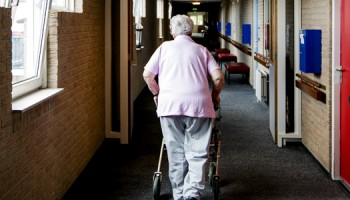 Zesurige werkweek, oudere in verzorgingshuis