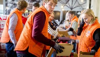 2015-12-14 13:59:42 ROTTERDAM - Vrijwilligers pakken in het hoofdkantoor van Unilever kerstpakketten in voor gezinnen die afhankelijk zijn van de Voedselbank. De voedselbanken verdelen de pakketten onder kerken, buurtcentra en andere uitdeelpunten. ANP JERRY LAMPEN