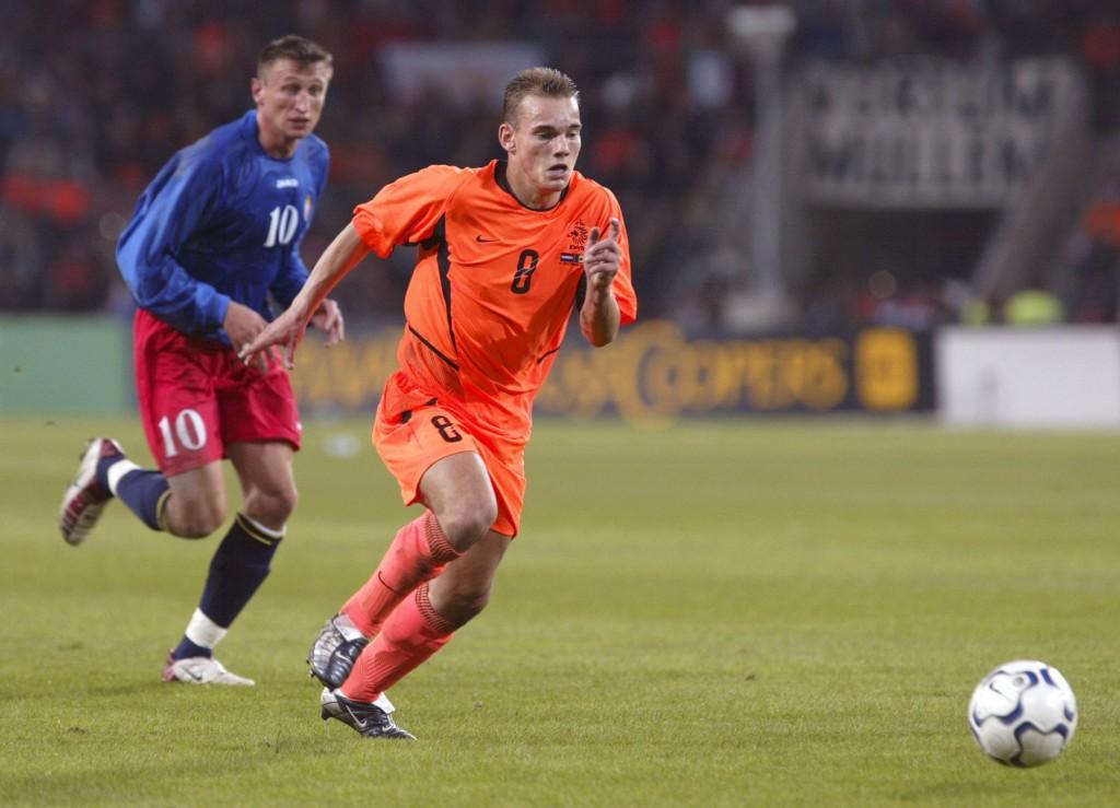 Wesley Sneijder in actie tijdens een van zijn eerste wedstrijden als international.