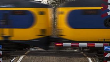 2012-12-13 00:00:00 MEPPEL - Een trein passeert de spoorwegovergang waar eerder deze week een 15-jarig meisje uit Staphorst een einde aan haar leven heeft gemaakt door op weg naar school, het AOC Terra, voor de trein te springen. ANP VINCENT JANNINK