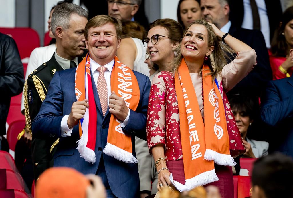Koningspaar bij openingswedstrijd EK voetbal vrouwen