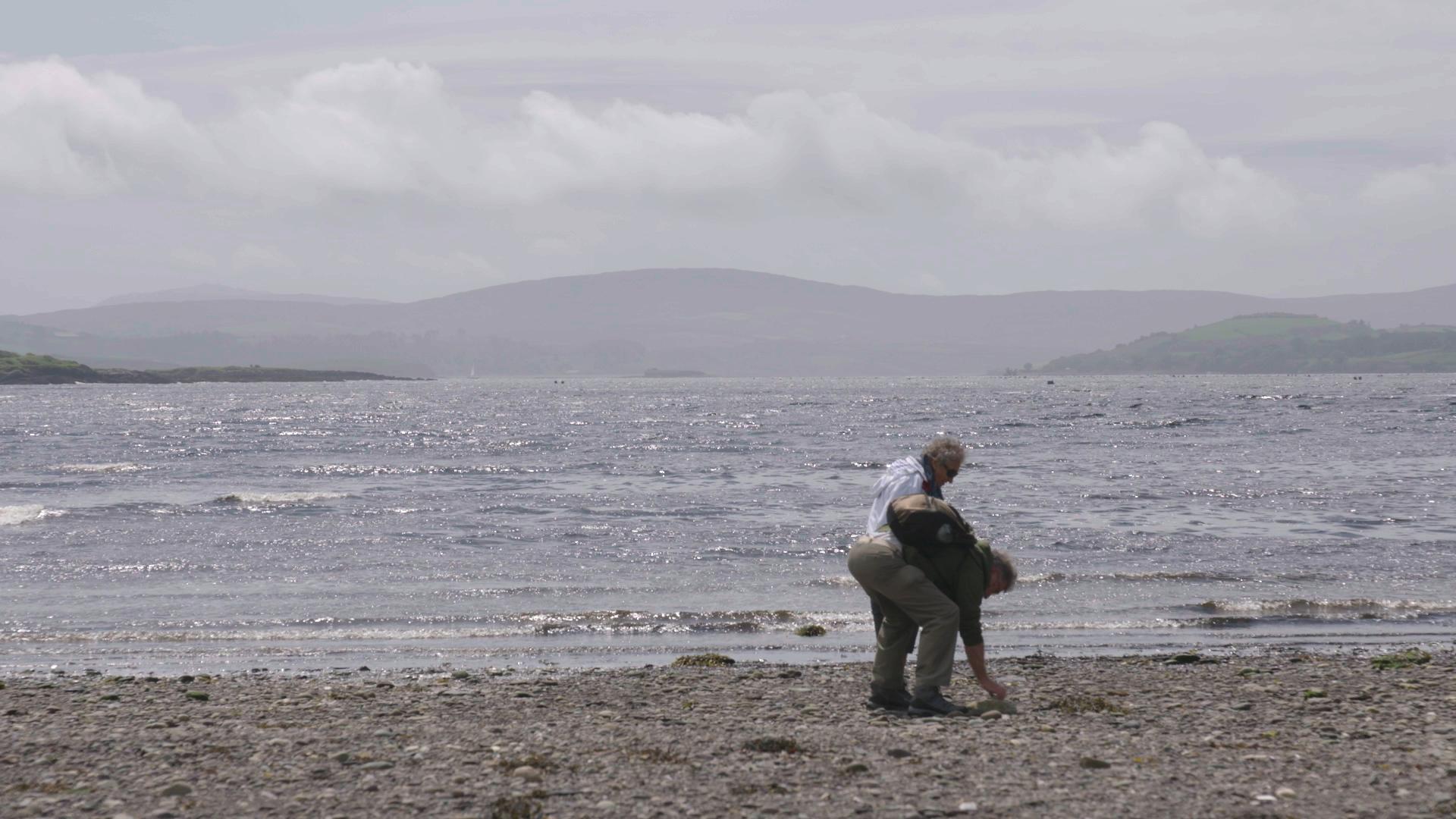 Kees en zijn vrouw Lydi op een Iers strand.
