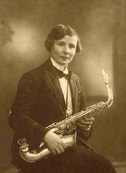 Evelyn met een sax
