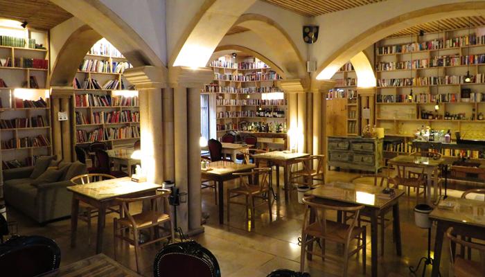 Winkelder vol boeken in Óbidos (© Marieke de Ruijter)