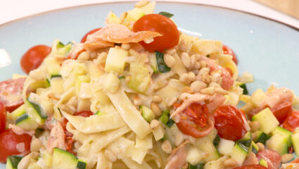 pasta met gerookte zalm en courgette