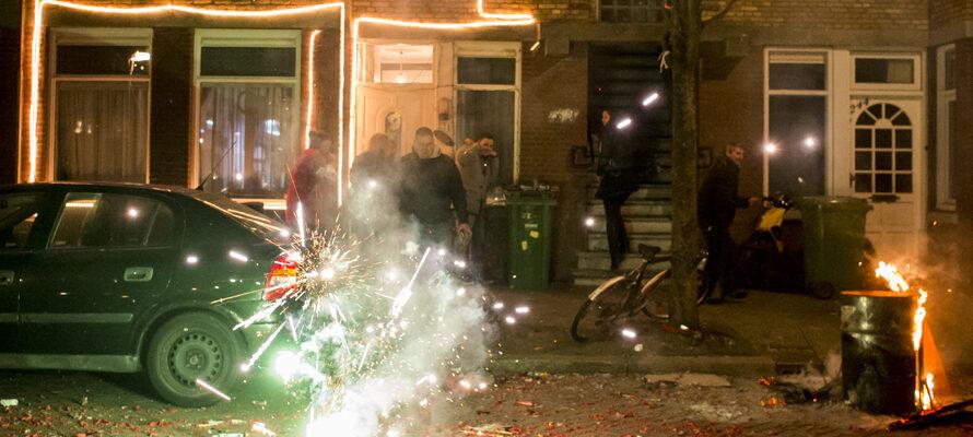 auto vuurwerk tijdens jaarwisseling
