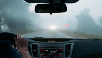 met mist in de auto