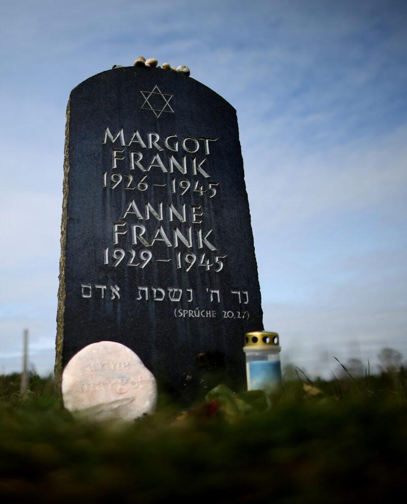 Gedenksteen Margot en Anne Frank.