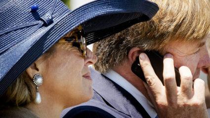Koning Willem-Alexander aan de telefoon