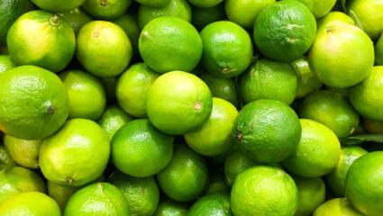 groene en gele limoenen