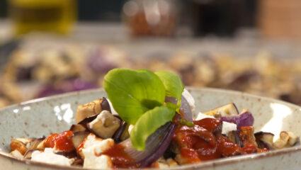 pasta met rode saus en aubergine