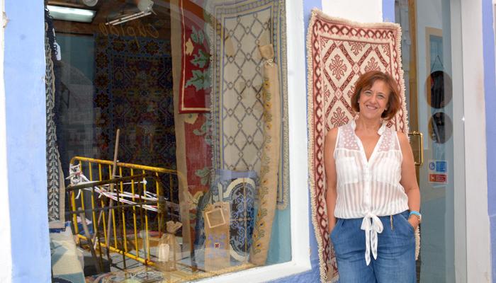 Hortense voor haar tapijtwinkel